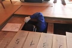 インスペクターが床下にもぐり、水漏れやシロアリ等の被害がないかを調査。このほか、外壁、室内、設備、小屋裏まで調べるインスペクション(住まいの健康診断)を実施し、報告書を作成する