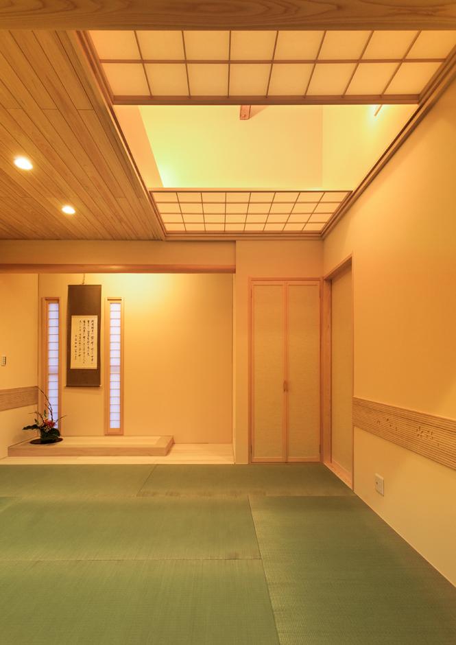 瀧口建設|和室天井も現しの梁を生かして広がりある空間に。障子で仕切れば異なる趣が楽しめる。床板は桐材。壁面には明かり採りの縦スリムFIX窓を設けた