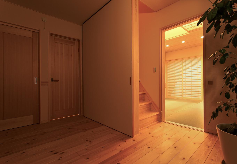 瀧口建設|ロフトへは梯子ではなく安全のため階段を設置。階段室と手前の洋室はふすまで仕切ることができ、部屋の暖房効率を高めることができる