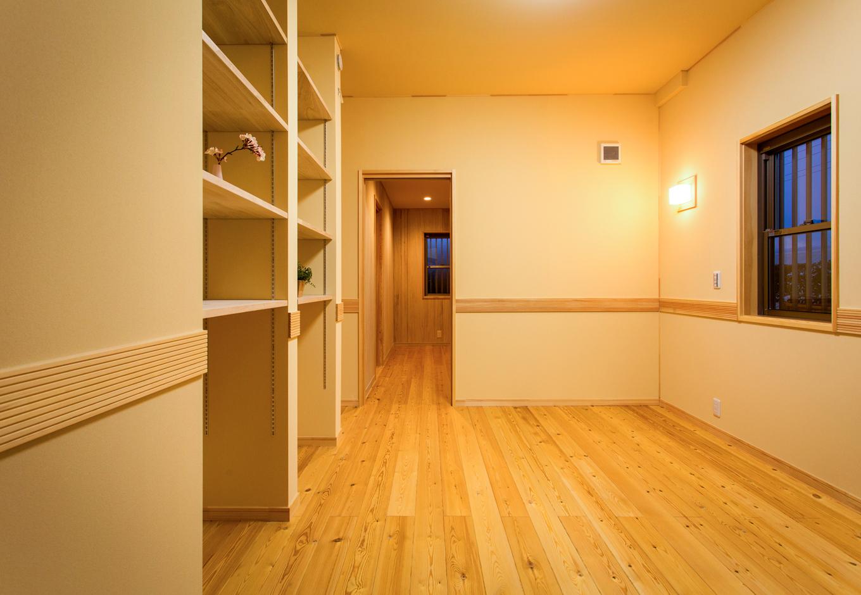 瀧口建設|洋室には作り付けで棚を造作。奥のウォークインクロゼットからはサニタリーへと通り抜けられる。ウォークインクロゼットや棚板には調湿に優れた桐材を採用
