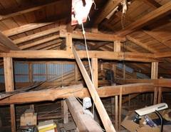 父の代から物置として使っていた小屋裏。天井板を外し梯子で上り下りしていた。立派な梁があるのでこれを活かす計画に変更し、小屋裏は明るいロフトとして生まれ変わった。安全に配慮して階段を設けることに