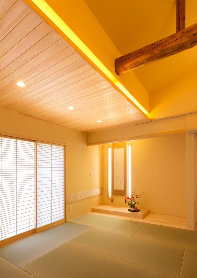 現しの梁で広がりと趣を添えた和室。床の間は桐の床板を用い軽やかな印象に。西壁面に明かり採りを施し、明るい和室となっている