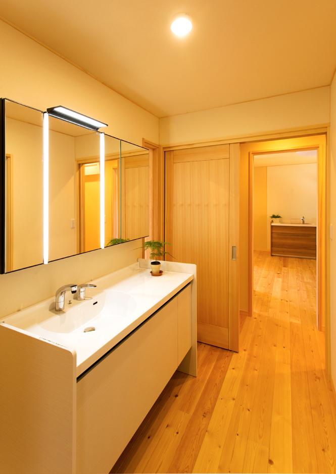 バス・トイレ・洗面はキッチン隣に集中的に配置し、家事効率に配慮。洗面室は扉を開けておけば通路としてウォークインクローゼットに通り抜けられる