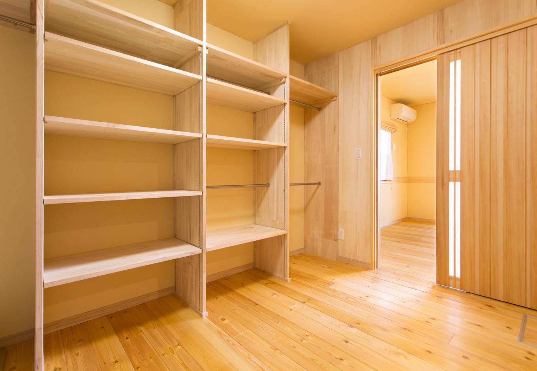 妻の寝室の奥にある6畳のウォークインクローゼットは、壁面も棚板もすべて桐材のウォークイン桐ダンス仕様。桐は調湿・防虫に優れ、大切な衣類を守ってくれる