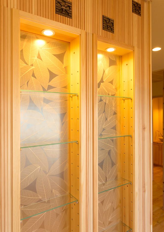 飾り棚や玄関正面の壁に使っているクリエーションパネル。本物の葉を樹脂パネルで挟んでおり、美しく透けた葉脈が楽しめる。光を通すためおしゃれに採光できる