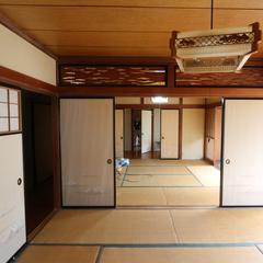 広縁と和室の続き間、中廊下の奥にさらに和室という典型的な昭和の家。北側の居室は光も入らず暗かった。台所と居間、子ども室のみ洋室だった。