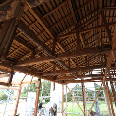 躯体と屋根だけを残したスケルトンの状態。この立派な梁を生かすことに。ここから基礎、壁、床などすべて新しくしていく。新築に比べ圧倒的に手間はかかるが、エコ時代に合った価値の高い仕事。