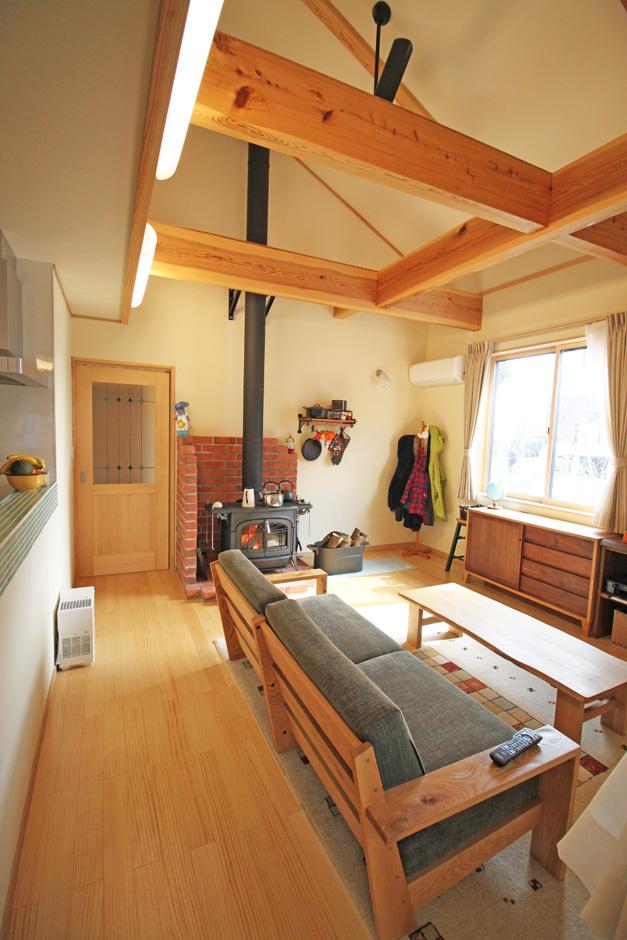 提坂工務店【趣味、自然素材、間取り】薪ストーブはLDKの中心に。必然的に薪ストーブに集まることによって、温度だけではない家族の暖かさもより感じられる