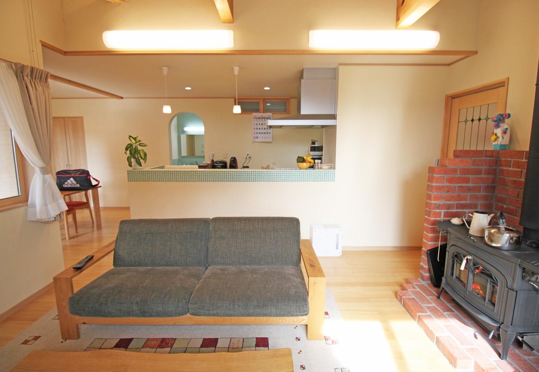 提坂工務店【趣味、自然素材、間取り】奥さまこだわりのキッチンにはかわいいらしいタイルを使用。奥に見える洗面との色合いもマッチしており、空間に統一感を添える