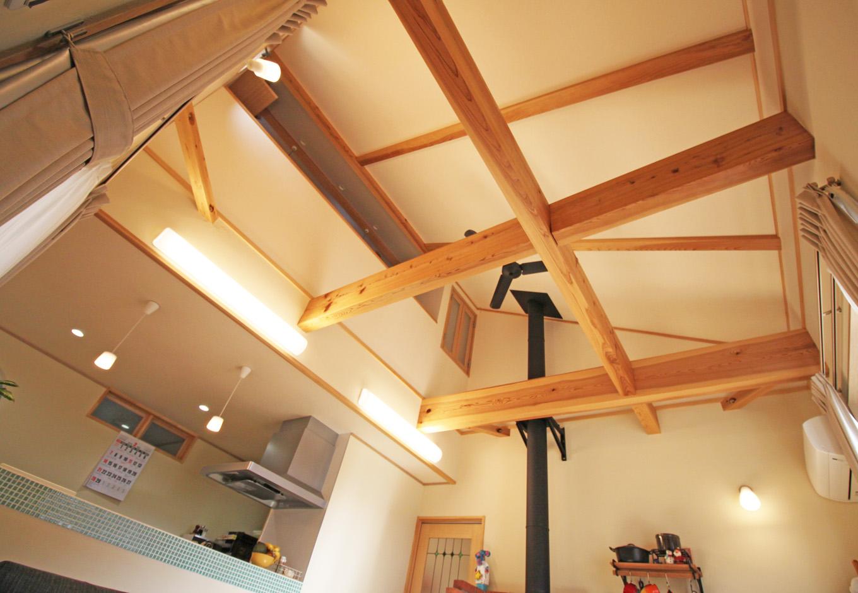提坂工務店【趣味、自然素材、間取り】大きな吹抜けは風の動線も考えられており、一年を通して快適な生活をサポートする