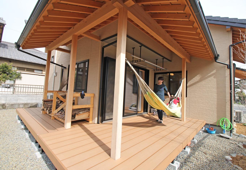 提坂工務店【趣味、自然素材、間取り】大きな軒の出たデッキには遊び心満載のハンモックを。休日には家族でゆったりと日向ぼっこもできる