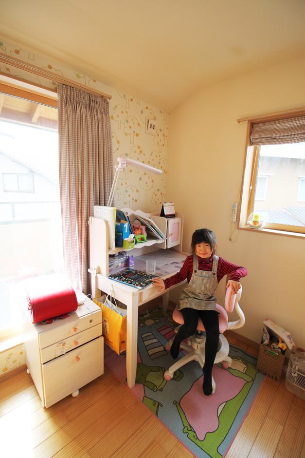 提坂工務店【趣味、自然素材、間取り】子ども部屋には可愛らしい壁紙を。お子さんも大満足