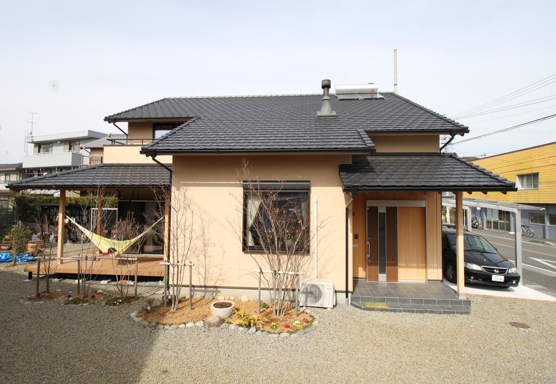 玄関やデッキには大きな軒があり、今風ながらもどこか懐かしい雰囲気がある