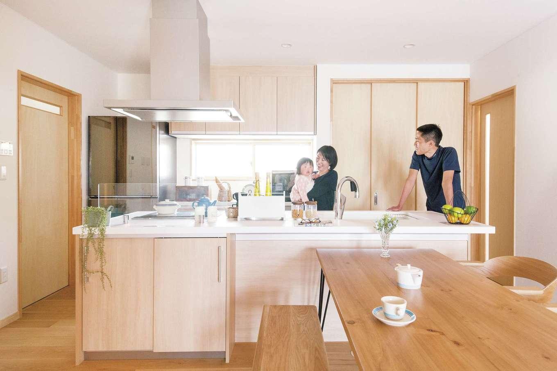 深見工務店 S-style【収納力、自然素材、平屋】使い勝手のいい2WAYのキッチン。写真右にはパントリーと勝手口、左には洗面室と浴室が最短距離で続いている