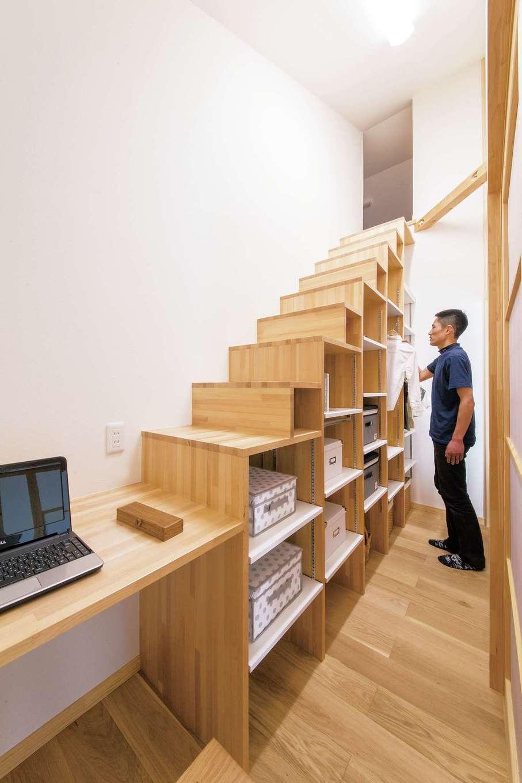 深見工務店 S-style【収納力、自然素材、平屋】リビング収納の中の棚は階段状になっており、上るとそこには屋根裏収納が現れる