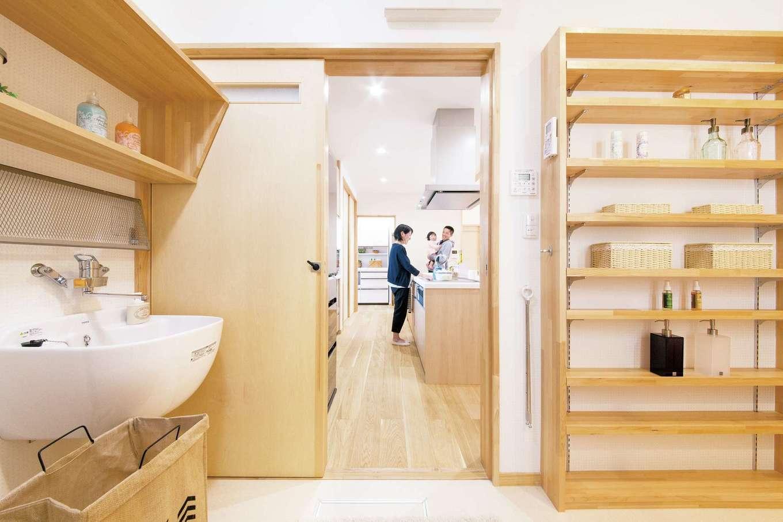深見工務店 S-style【収納力、自然素材、平屋】洗面室に設けた奥行きが比較的浅い棚も便利。ものを置きやすく取り出しやすく、デッドスペースがないのも大きなメリットだ。深さがある多目的シンクは、手洗いがしやすい