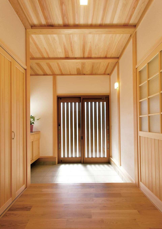 深見工務店 S-style【収納力、自然素材、間取り】玄関は純和風。差し込む光が木を照らし、とても明るい空間になった