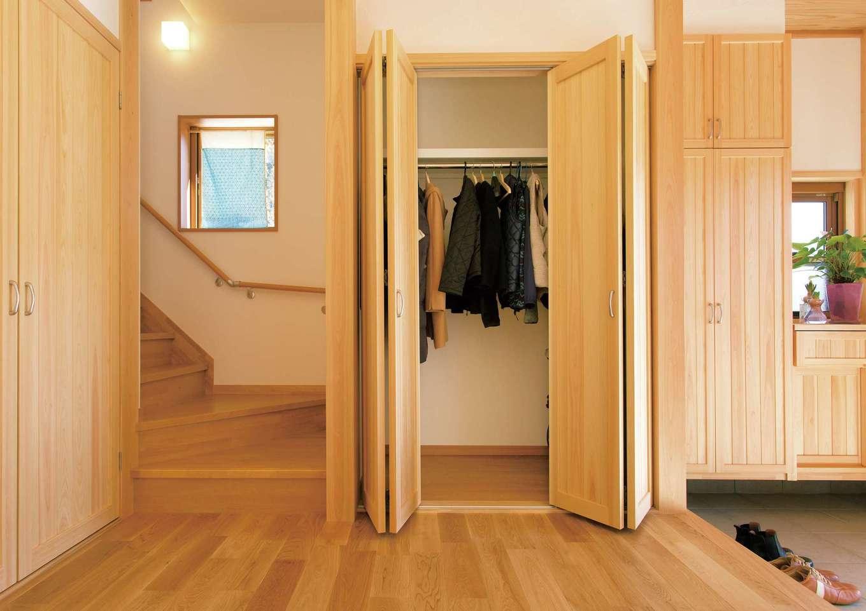 玄関ホールには、ご夫婦のコートなどを収める収納を設けた【イエタテ】