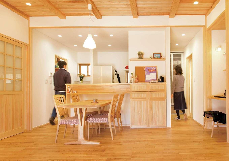 深見工務店 S-style【収納力、自然素材、間取り】便利な2WAYキッチン。キッチンには、両脇からアクセス可能。写真右には勝手口とウォークインクローゼット、左には洗面室、浴室などとつながっていて、使い勝手のいい動線になっている