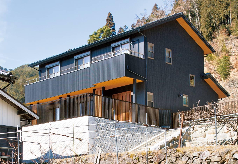 深見工務店 S-style【収納力、自然素材、間取り】ガルバリウム鋼板と大きなひさしが印象的な外観。周辺環境ともよく馴染んでいる