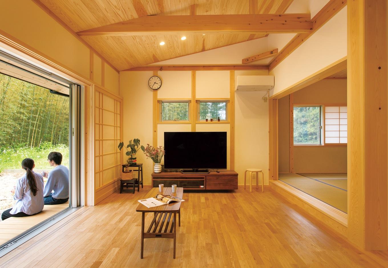 """深見工務店 S-style【収納力、自然素材、平屋】高い勾配天井でより広く感じられるリビング。床は無垢のナラ材、天井は杉板、大黒柱は吉野ヒノキ。プライバシーを守りながらも屋外と""""抜け""""でつながっている設計センスが光る"""