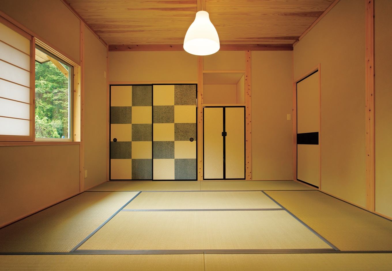深見工務店 S-style【収納力、自然素材、平屋】茶室のような凛とした佇まいをみせる8畳の和室。ご両親が泊まりに来た時の寝室としても活用している