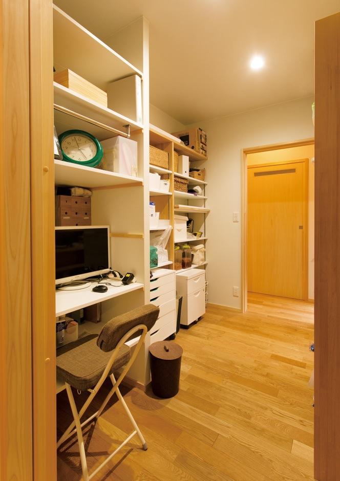 深見工務店 S-style【収納力、自然素材、平屋】住まい方アドバイザーとして有名な近藤典子さんの門下生である深見社長の奥さまが提案した家事コーナー。コンパクトでも広く使えて、物の出し入れがしやすく、掃除もしやすいのでストレスを感じない。可動式の棚も便利だ