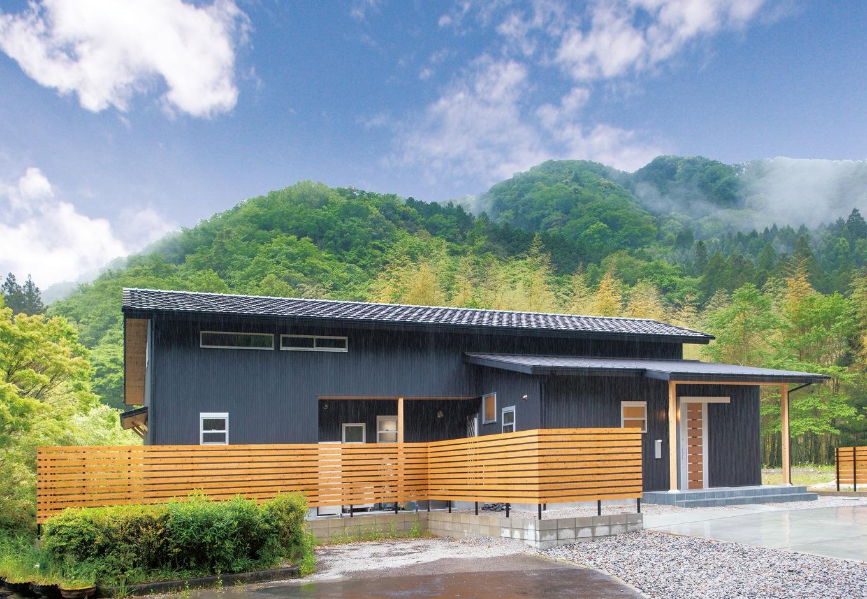 深見工務店 S-style【収納力、自然素材、平屋】森の別荘を彷彿とさせる外観。深見社長の提案で木の格子を追加し、アクセントになった