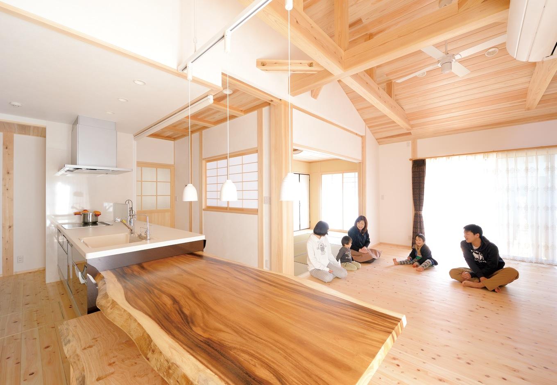 深見工務店 S-style【和風、自然素材、間取り】24畳ほどあるLDKは、木の温もり いっぱい。良く遊びに来る親戚の子ども 達も気持ち良さそうだ。モンキーポッドのダイニングテーブルは、造作家具も得意な 『深見工務店』による