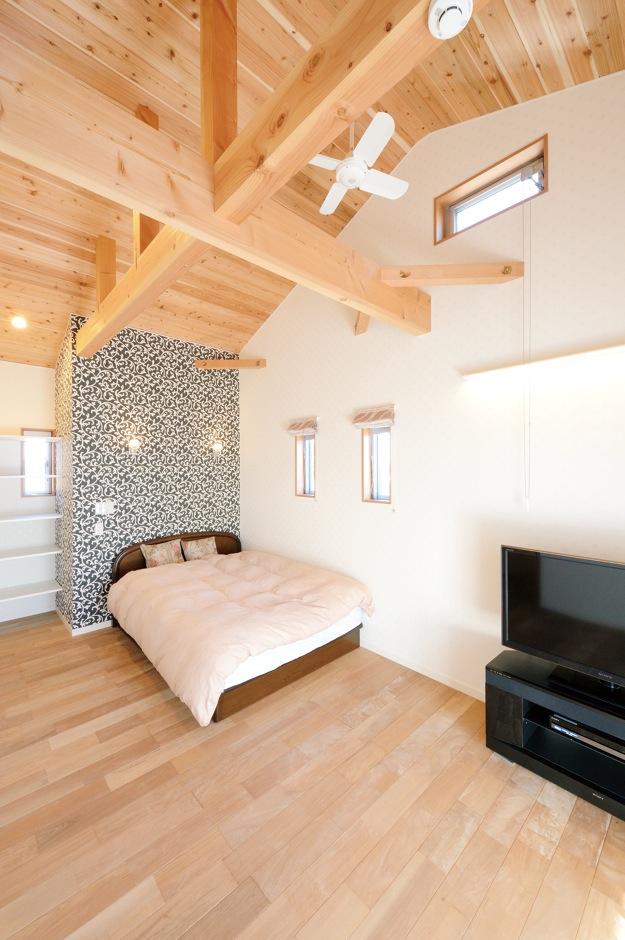 深見工務店 S-style【和風、自然素材、間取り】2階にある娘さんのプライベートルーム。木の空間に柄の異なるクロスが良く映える