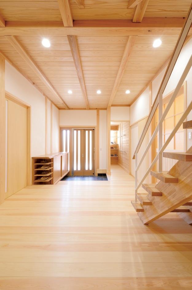 深見工務店 S-style【和風、自然素材、間取り】約10畳の玄関ホール。収納棚も造作した