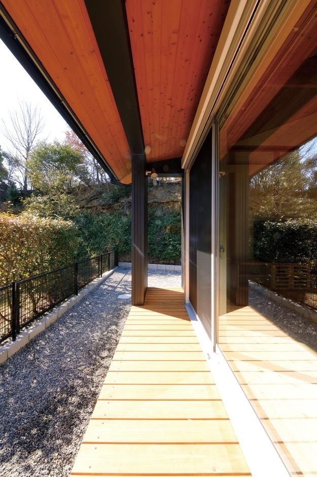 深見工務店 S-style【和風、自然素材、間取り】LDK周 りに設けたウッドデッキ。キッチン、パントリーと続き、奥さまの家事が楽に