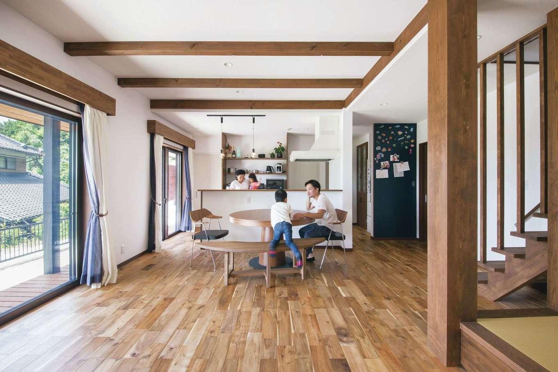 深見工務店 S-style【自然素材、間取り、収納力】無垢のフローリングと天然漆喰「カルクウォール」、木の繊維だけでつくられた断熱材「セルロースファイバー」に包まれた健やかなLDK。一角には小上がりの畳スペースも設けた