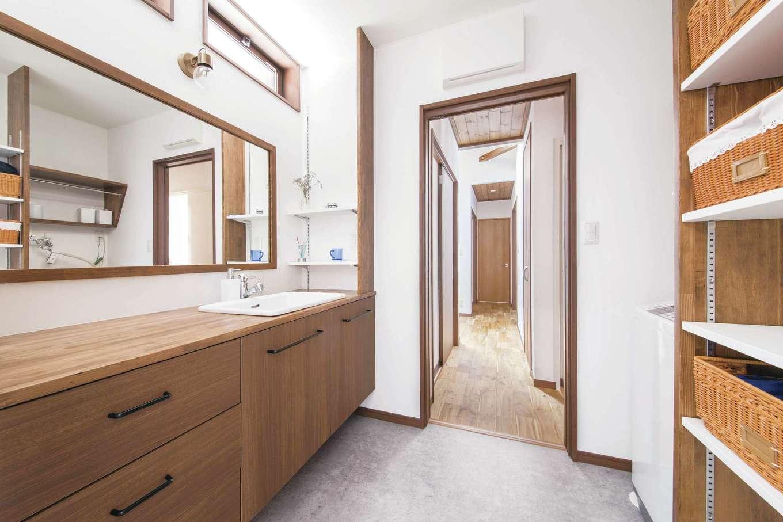 深見工務店 S-style【自然素材、間取り、収納力】玄関横にある広い洗面室は、忙しい朝でも混雑しない。洗面台は造作