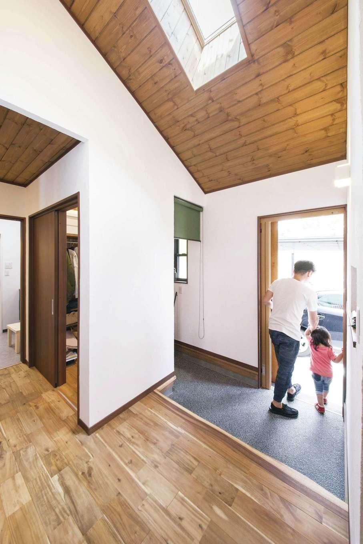 深見工務店 S-style【自然素材、間取り、収納力】玄関脇のシュークロークも広々設計。2WAYからアクセスできて使い勝手がいい