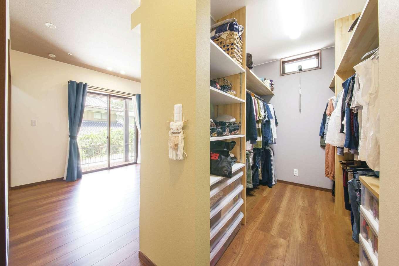深見工務店 S-style【自然素材、間取り、収納力】メインベッドルームとウォークインクローゼット。大量収納をつくることで、LDKやベッドルームはすっきりとした印象に