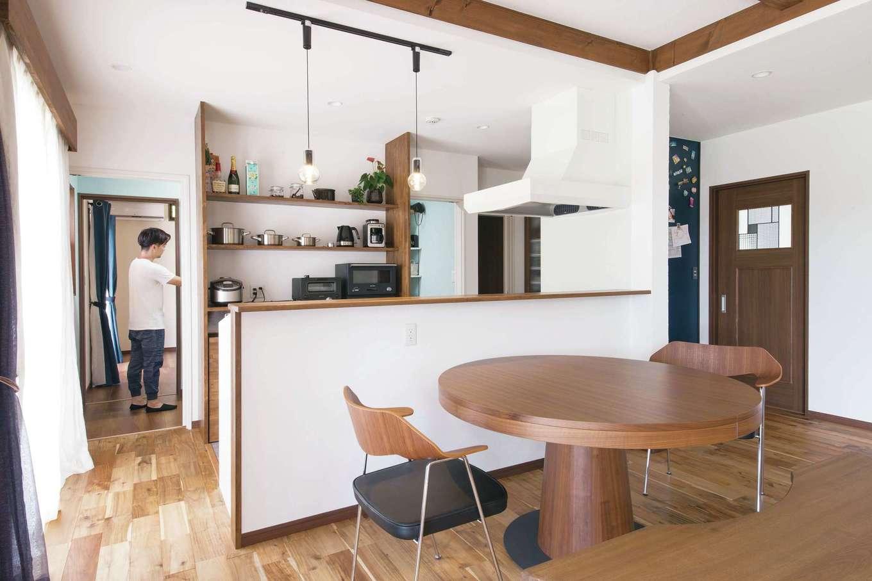 深見工務店 S-style【自然素材、間取り、収納力】キッチンを中心にしてグルリと周れる動線を実現。このほか、大容量かつ適材適所の収納など、住まい方アドバイザーの資格を持つ女性建築士ならではの工夫が随所に見られる