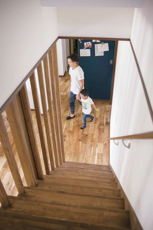 深見工務店 S-style【自然素材、間取り、収納力】2階ホールからリビング階段を見下ろした風景。無垢の床や柱など、経年変化も楽しみだ
