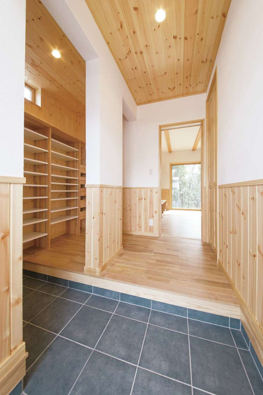 深見工務店 S-style【子育て、収納力、自然素材】靴だけでなく雨具や小物の出し入れまで考えられ造られた玄関クローゼット