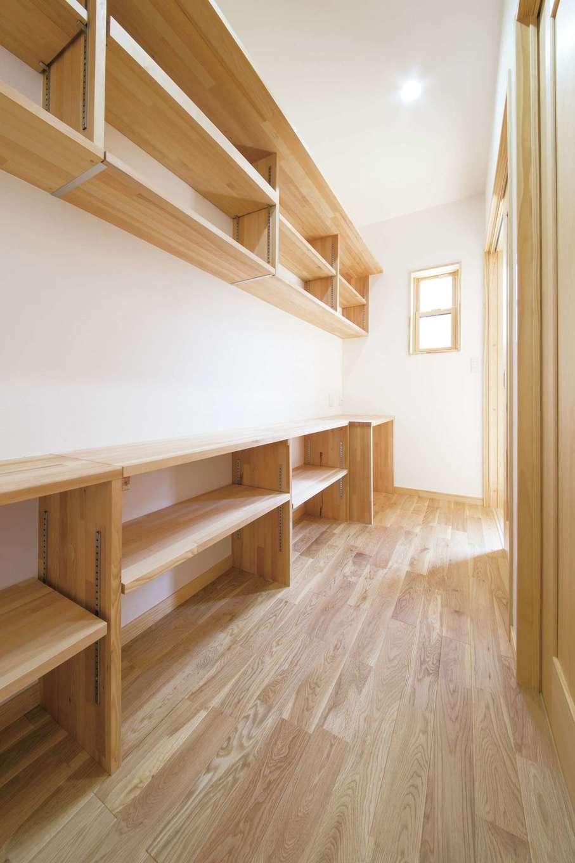 深見工務店 S-style【子育て、収納力、自然素材】大容量のリビングクローク。造作の収納は、棚板を自在に動かせるため使い勝手がいい