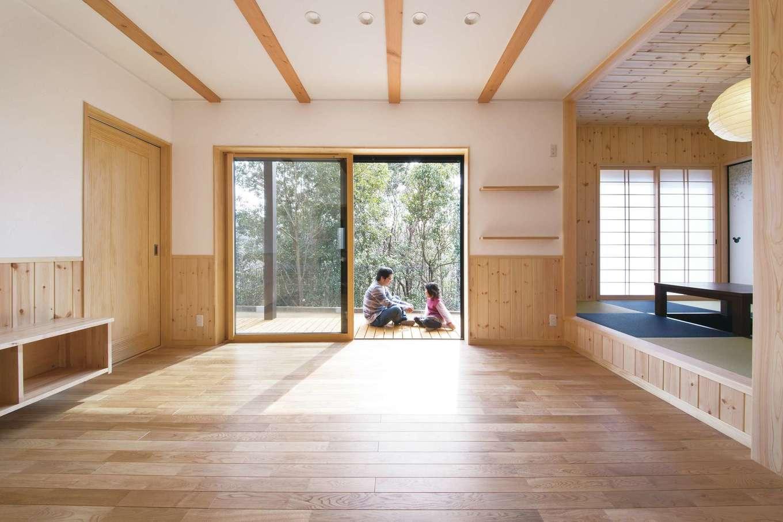 深見工務店 S-style【子育て、収納力、自然素材】縁側のような長いウッドデッキで外と内がつながり、自然を身近に感じながら過ごせるリビング。無垢の床の経年変化も楽しみ