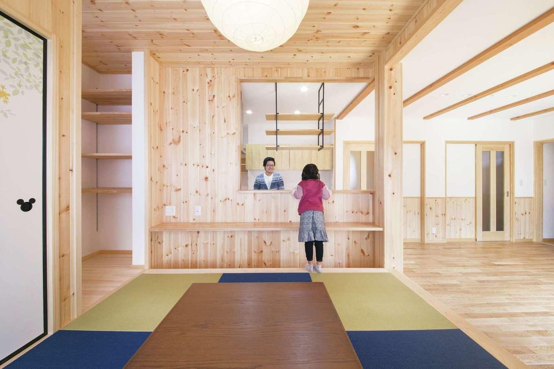 深見工務店 S-style【子育て、収納力、自然素材】掘りごたつのある畳コーナー。壁も天井も無垢板を貼って変化をつけた。カウンターは子どものスタディコーナーにもなる