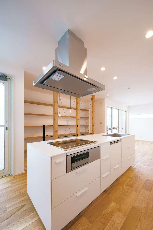 2階はアイランドキッチンを起点に回遊できる間取りに。交通量の激しい南面に大きな窓を取れないため、グレーチングのバルコニーを2か所設けて、たっぷりの光と風を取り込む。肌触りのいい床はオーク材で、経年変化も楽しみ
