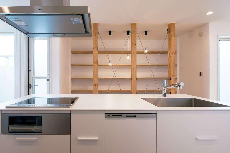 常に家族の気配を感じられる位置にキッチンをレイアウト。正面の壁面収納はインテリアにもなる
