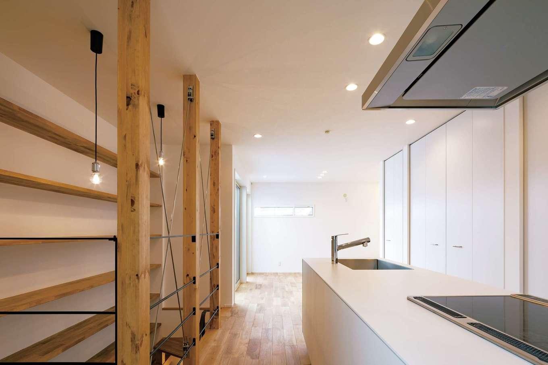 収納スペースもしっかりと確保し、延床28坪とは思えないほどの開放感がある。無垢とアイアンの相性もバッチリで、理想以上の住み心地を実現