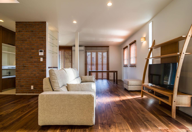 CKエンジニアリング【デザイン住宅、趣味、間取り】およそ23畳の広々としたLDK。フルオープンの掃出し窓を開ければウッドデッキと庭に繋がり、さらに開放感のある空間に
