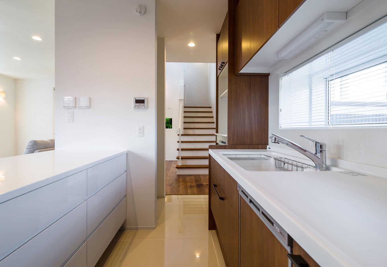 冬は床暖房で温かいタイル床のキッチン。回遊動線となっていて使い勝手もいい