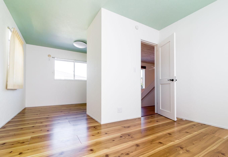 CKエンジニアリング【デザイン住宅、趣味、間取り】2階の子ども部屋は6畳ずつに間仕切りが可能。そのため、扉は反対側にもう一つ設置されている