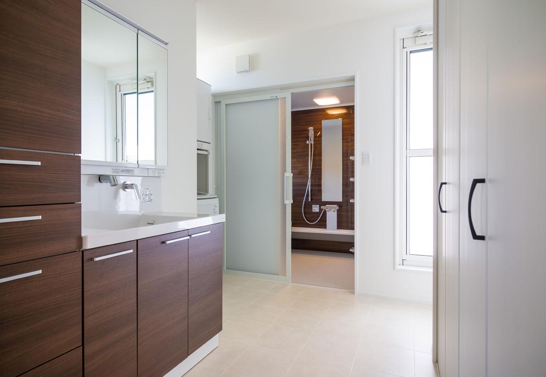CKエンジニアリング【デザイン住宅、趣味、間取り】2階バルコニーに近い場所にバスルームと洗面脱衣所があることで、家事動線が最短なものに
