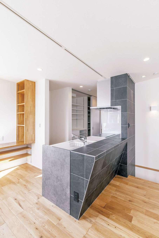 デザインと機能性を兼ね備えたタイル貼りのオープンキッチン